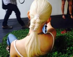 Прическа на средние и длинные волосы: низкий хвост с плетением фото